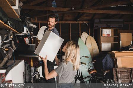 Couple qui range des cartons dans un garde meuble