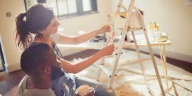 Couple en train de faire des travaux de rénovation dans une maison