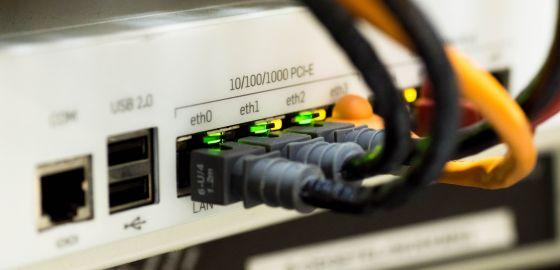 Des cables ethernet branchés sur une box