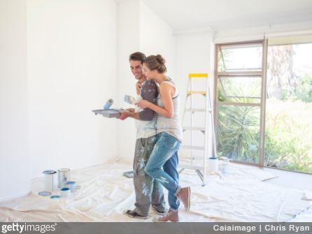 Couple qui réalise des travaux de peinture