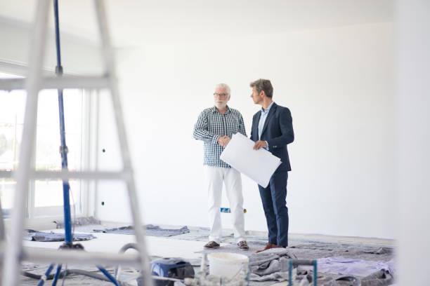 Promoteur immobilier qui discute avec un constructeur sur un chantier