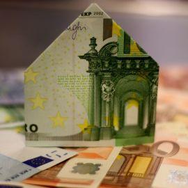 Un billet de 100 euros plié en forme de maison
