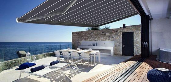 Terrasse contemporaine avec un store banne coffre intégral
