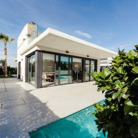 Maison contemporaine avec une grande baie vitrée dans le séjour