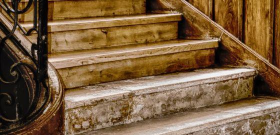 vieille cage d'escaliers